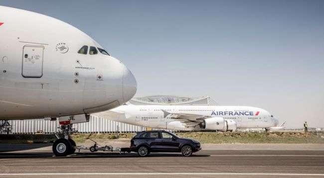 Стандартний Porsche Cayenne відбуксирував 285-тонний літак Airbus A380
