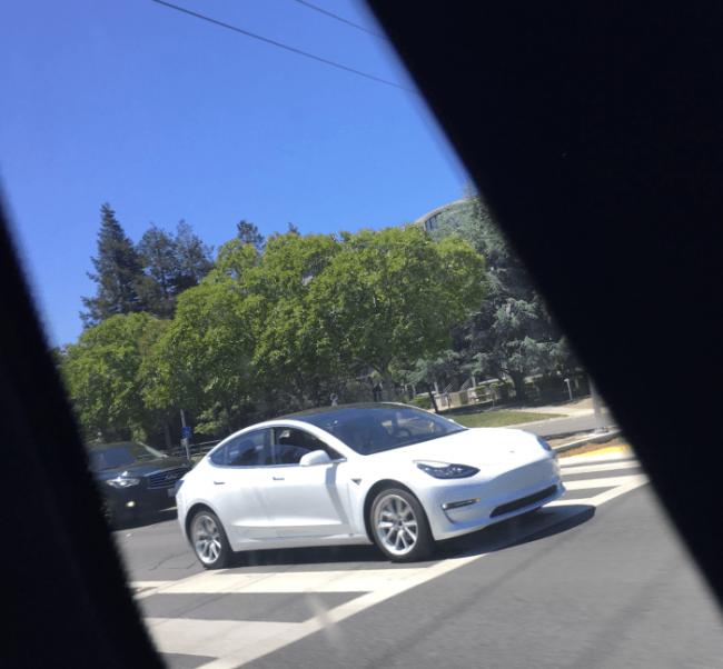 Tesla Model 3 вперше помітили в білому кольорі