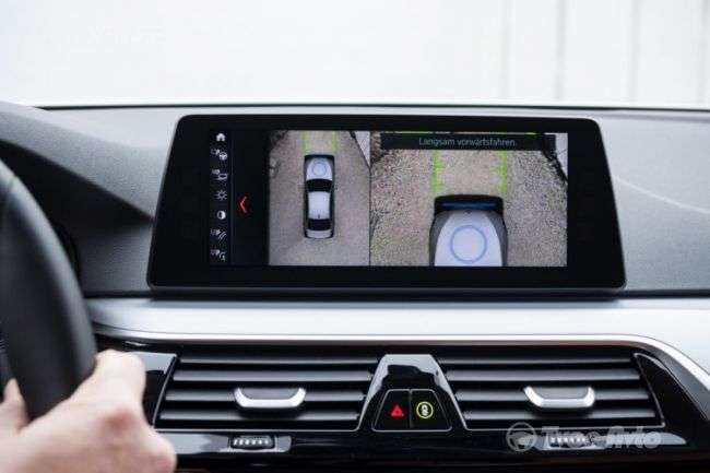 BMW запропонує гібриду пятої серії BMW 530e бездротову зарядку