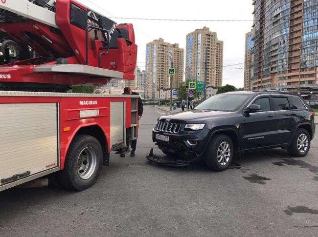 У Виборзькому районі Петербурга пожежна машина знесла бампер «Джипу»