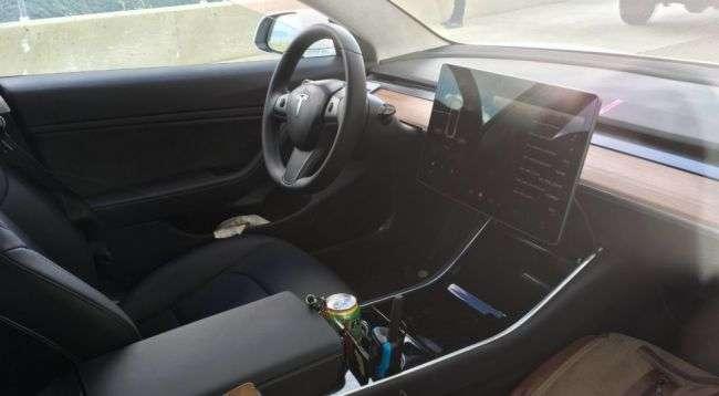 Опубліковані нові фото салону бюджетного Tesla Model 3