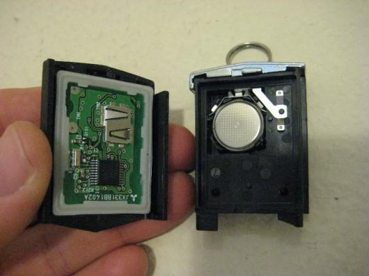 Як замінити батарейку в брелоку ключа Мазда